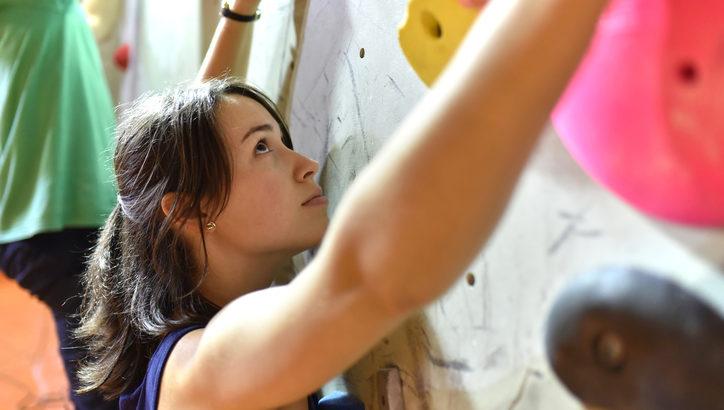 【ボルダリング初心者向け】上達する登り方のコツをご紹介:女性編