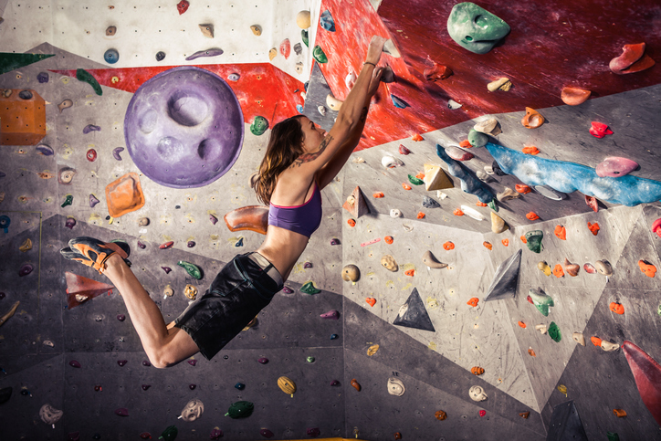 ボルダリング4級でぶつかるのは筋力の壁? 正しいムーブで乗り越えよう!