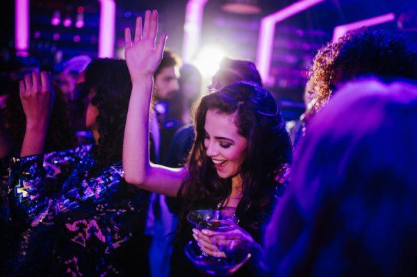 一人でクラブに行くのはあり? 楽しみ方と気を付けるポイントなどを解説