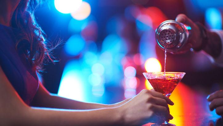 クラブで飲むべきお酒とは? 悪酔いしないために気をつけること