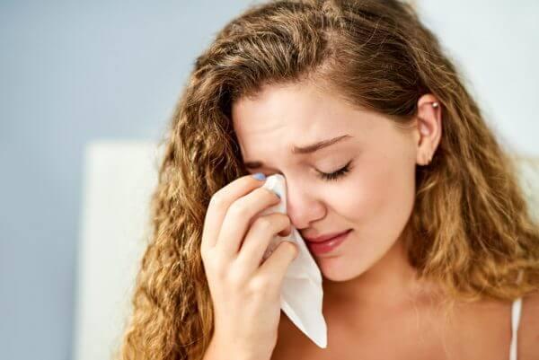 泣きたい時は泣けばいい! 思い切って泣くことで得られる効果とは?