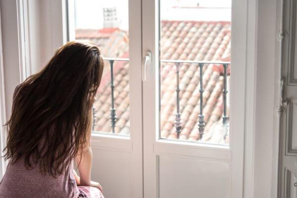 相手を疑いがち… 自己肯定感が低い女性の恋愛傾向4つ