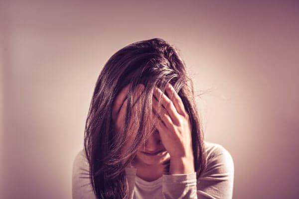精神的に不安定な人や心に病を抱えた人を指す「メンヘラ」。恋愛においては、寂しがり屋でかまってちゃんなあまり、相手に異様なまでに執着する女性やストーカー気質のある女性のことを「メンヘラ女子」と呼ぶこともあります。