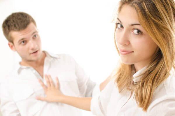 思わせぶりな女の本心とは? その心理や本気度を見極めるコツ