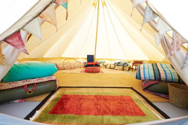 気軽に楽しめる擬似的なキャンプ「グランピング」。キャンプとの違いや設備・料金等の違いについて紹介!
