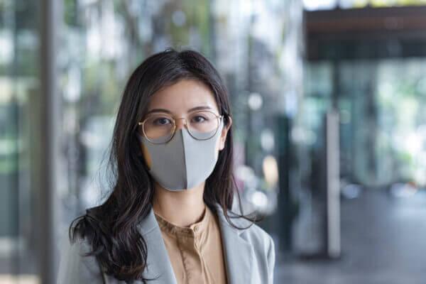 グレーのマスクで上品な印象に!色の効果とおすすめ5つ