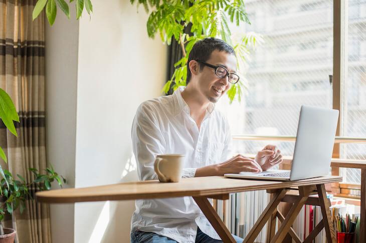 男性が自宅でPC業務を行うイメージ画像