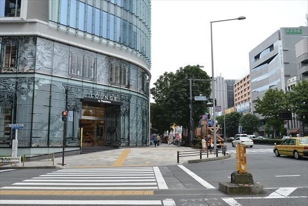 1a出口を登り郵便局と成城石井さんを左に見ながら南青山3丁目の交差点を渡ります。 渡りきるとフランフランがありますので、左に曲がってください。