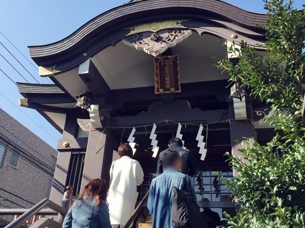 若宮八幡神社で参拝する様子