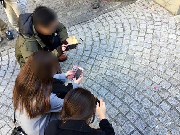 ハートの石畳を写真撮影している様子
