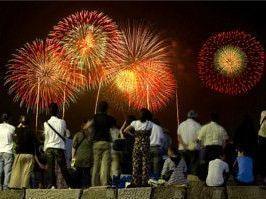 花火が夜空を華麗に彩る休日を楽しく! | 夏花火とナイトピクニックコン