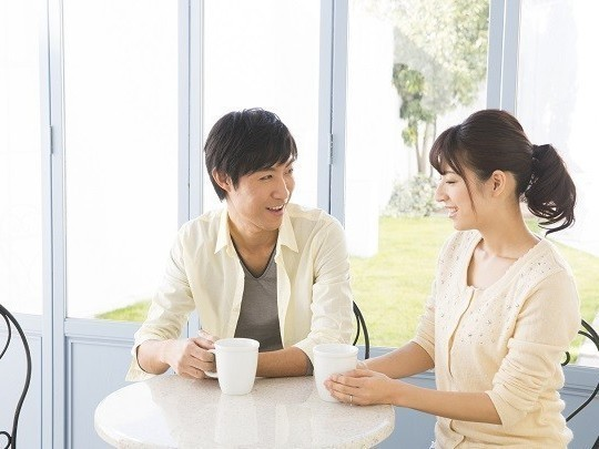 休憩中にお茶しながら会話する男女