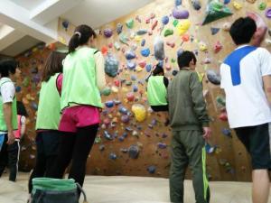 男女でわいわい、助け合いながら登ります。