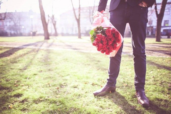 photo-man-with-roses-waiting-for-his-lady